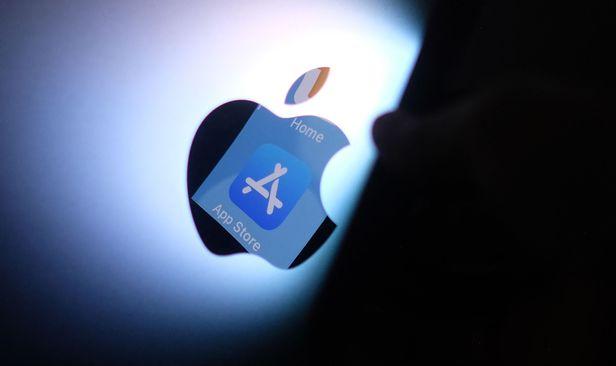 애플 로고 안에 비친 애플 앱스토어 로고. /AFP 연합뉴스